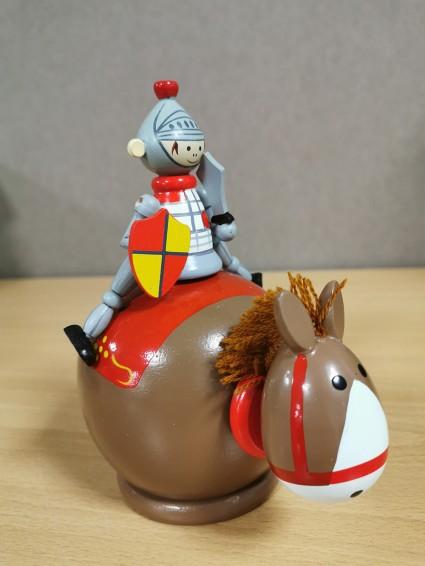 木制钱箱骑士